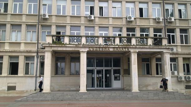 Единият от задържаните надзиратели във Варна остана в ареста