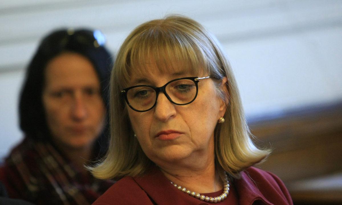 Министърът на правосъдието Цецка Цачева подаде оставка заради апартамента