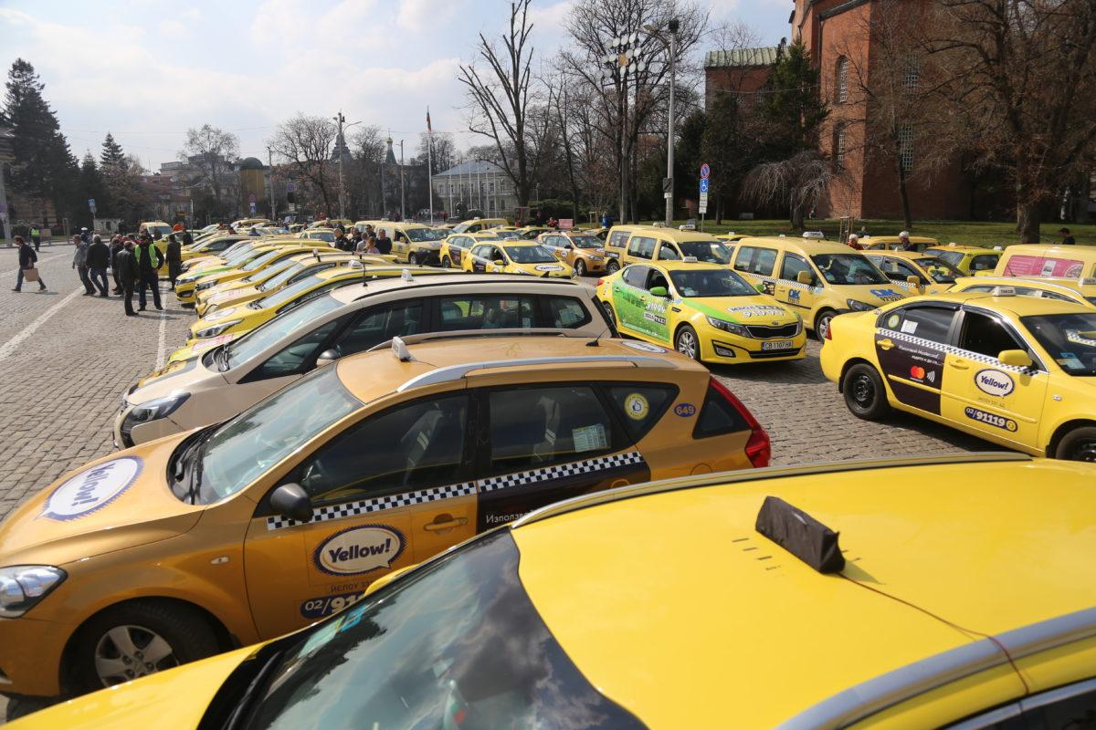 """Коли на такси приложението """"Максим"""" са спрени от движение"""