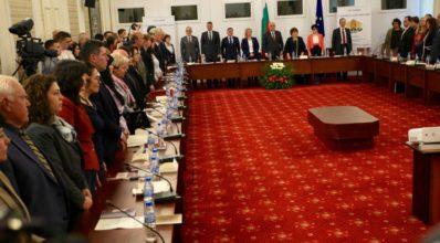 Кръглата маса по случай 140-годишнината от приемането на Търновската конституция започна с химна на България.