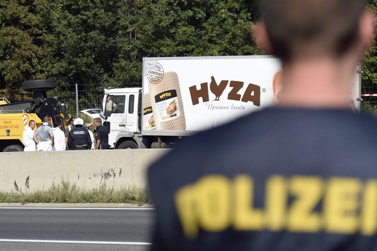 Трима трафиканти от България са осъдени на доживотен затвор за смъртта на 71 мигранти в хладилен камион