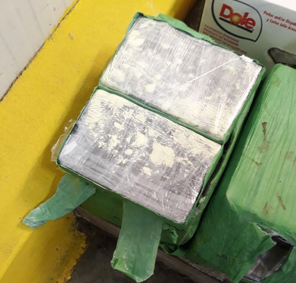 Заловиха 76 кг кокаин, скрит сред плодове