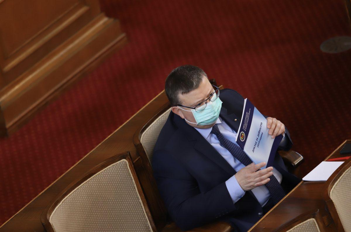 Докладът на КПКОНПИ не е вестник, за да е там и терасата на Пламен Георгиев