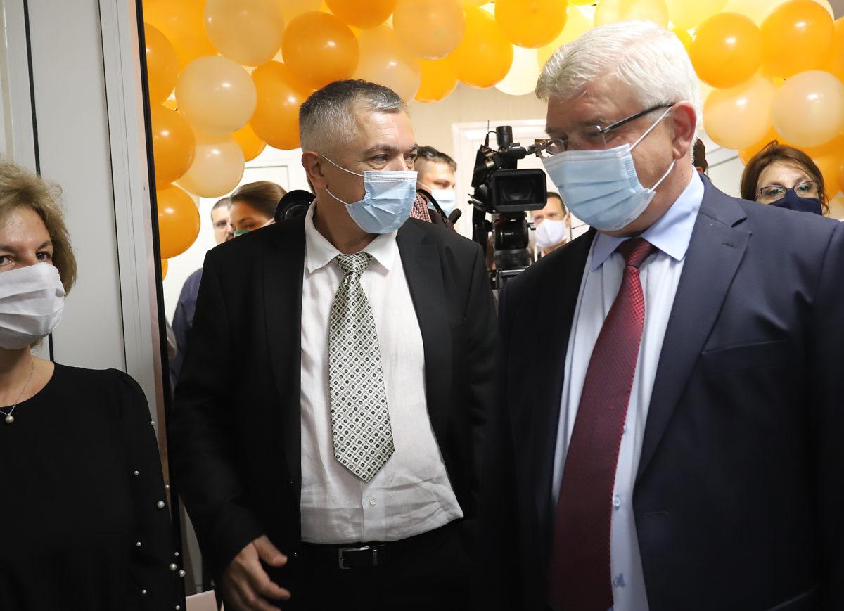 При над 200 болни от COVID-19 на ден, връщат част от мерките