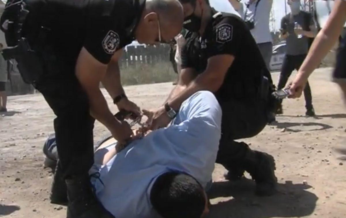 """Сблъсъци и арести """"подгряха"""" масовото плажуване в """"Росенец"""""""