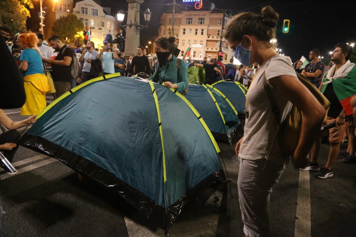 МВР разтури палатковите лагери, протестиращите издигнаха барикади