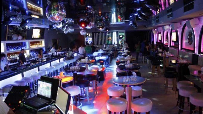 От утре: По 1 човек на 2 кв.м в баровете и дискотеките