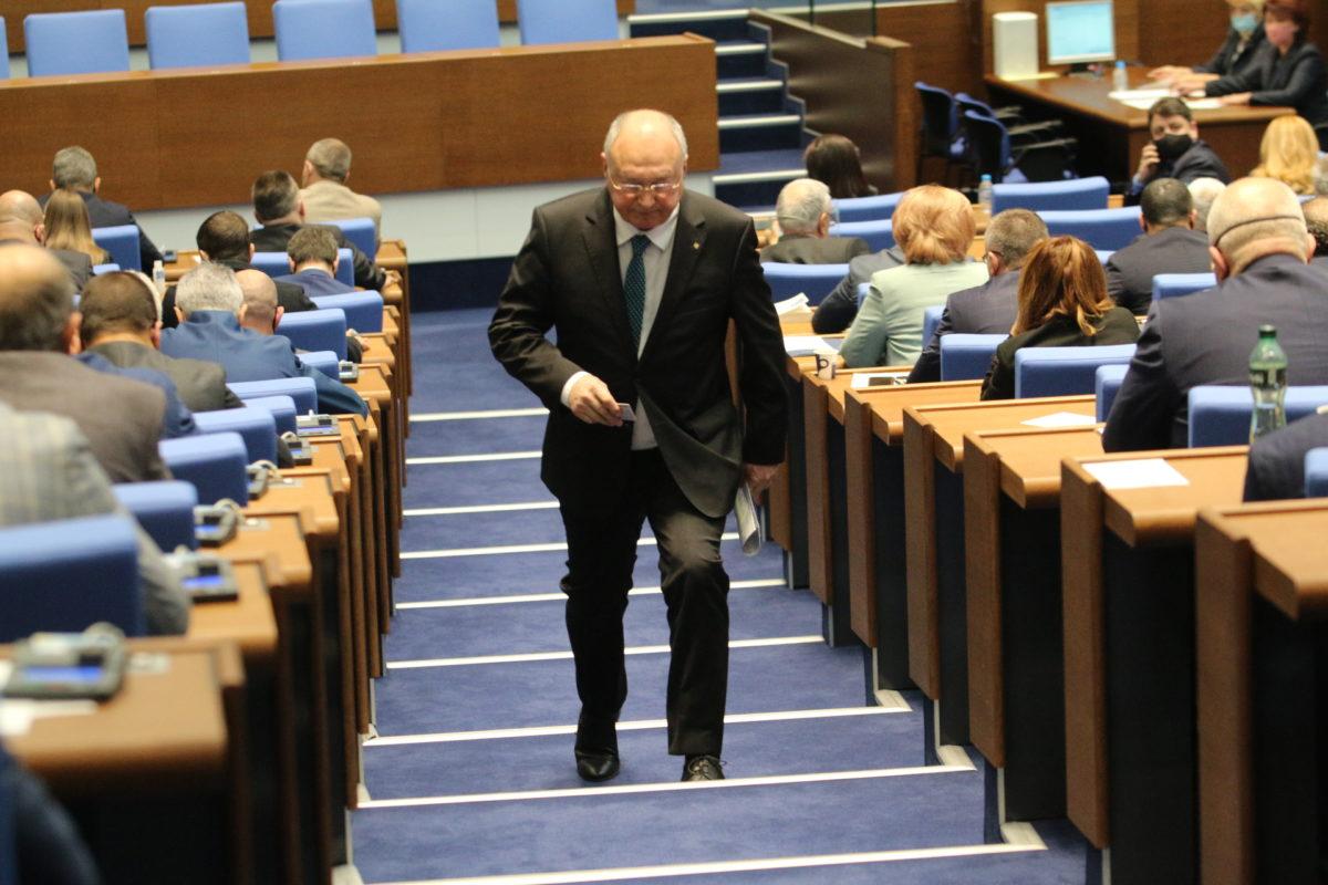 Парламентът прие отново неустойките по бърз кредит, които вече отмени. На 1 януари влизат в сила две взаимно изключващи се норми