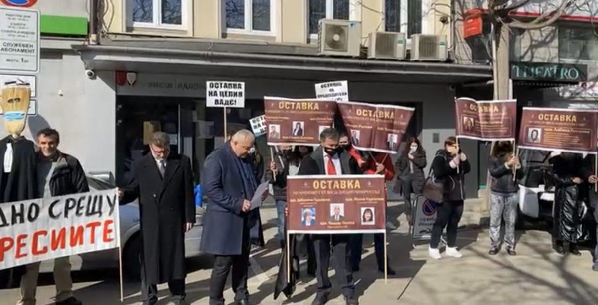 Адвокати се събраха пред дисциплинарния съд в подкрепа на шефката на колегията в Хасково