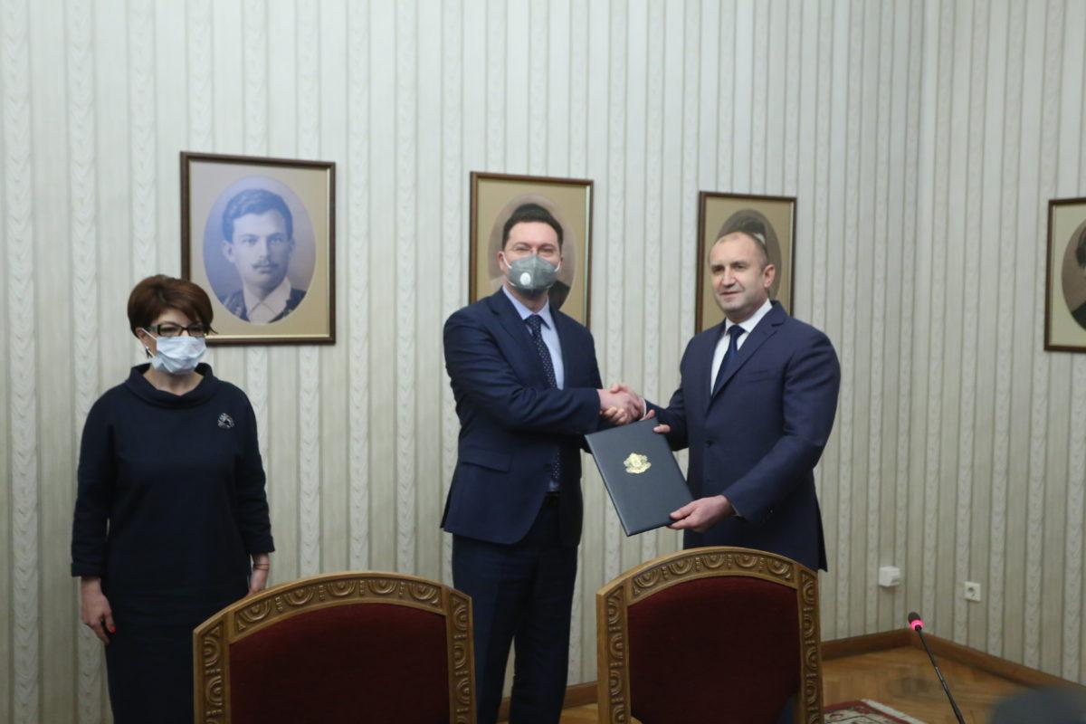 Радев даде мандата на ГЕРБ, а Борисов представи проектоправителството от болницата