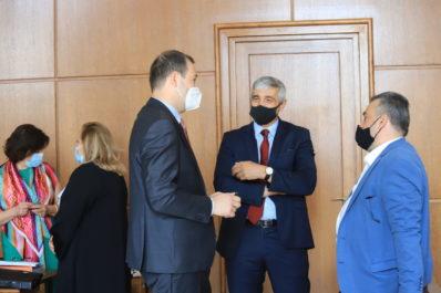 В съдебната зала - Ивайло Дерменджиев разговаря преди началото на заседанието с Христо Хинов и Красимир Краев. На заден план Красимира Иванова и Жана Кисьова